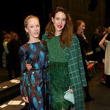Susanne Wuest mit Julia Malik sind große Fashion-Fans und wollen die Show von Odeeh nicht verpassen.