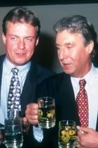 """Michael Neumayer und Vater Peter Alexander am 25. November 1994 hinter den Kulissen von """"Die-Peter-Alexander-Show"""""""