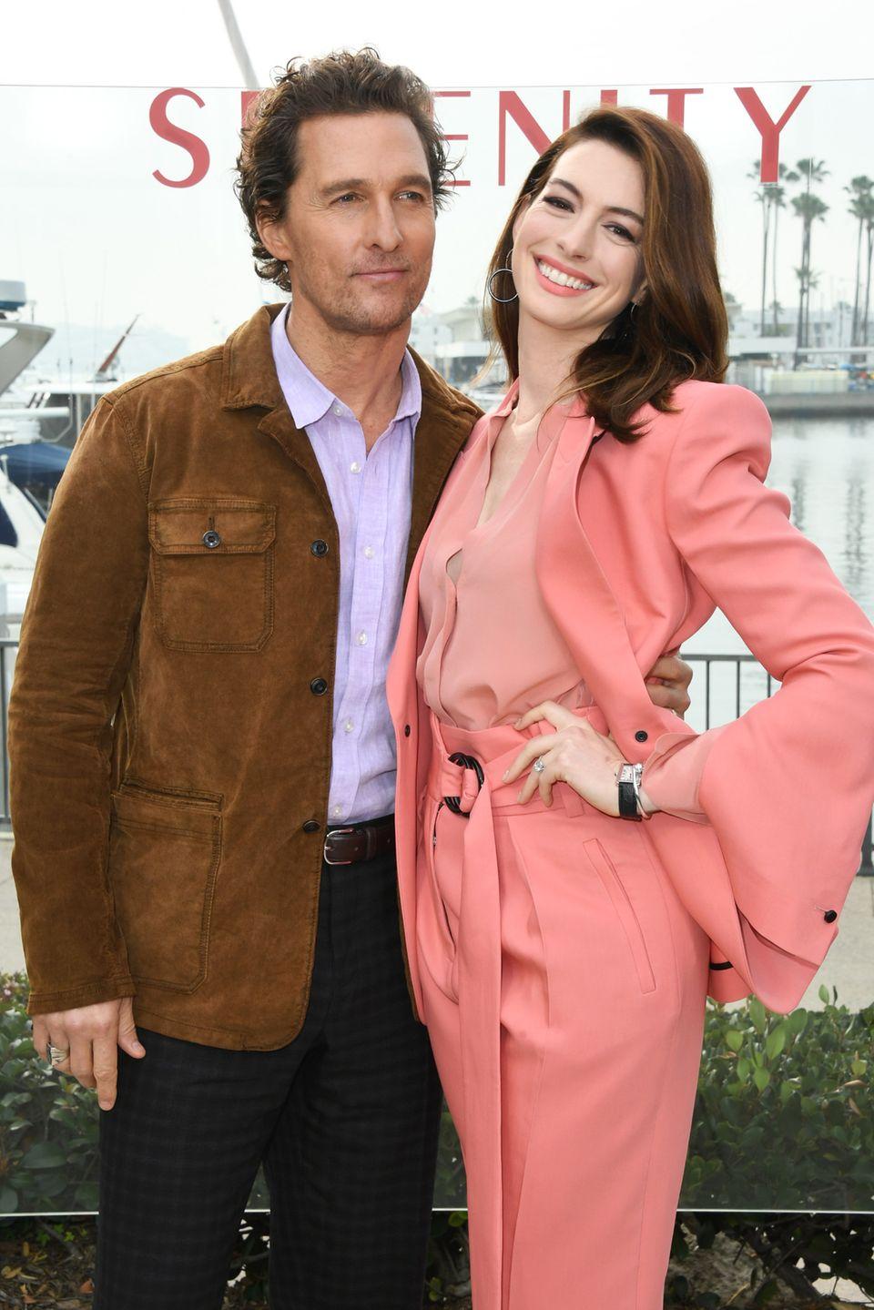 """11. Januar 2019  Matthew McConaughey und Anne Hathaway sind beim """"Serenity""""-Fototermin im Ritz Carlton Hotel in Marina del Rey bester Laune."""