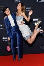"""14. Januar 2019  Lily-Rose Depp wird von Rebecca Zlotowski zur Begrüßung bei der """"Cesar - Revelations 2019""""-Veranstaltung in Paris durch die Lüfte gewirbelt."""