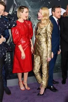 """15. Januar 2019  Sarah Paulson und Anya Taylor-Joy schneiden bei der New Yorker """"Glass""""-Premiere auf dem Red Carpet lustige Grimassen."""