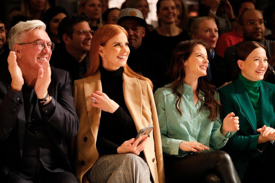 Begeistert schaut sich Sarah Rafferty zusammen mit Helmut Schlotterer, dem Gründer von Marc Cain, Yvonne Catterfeld und Hannah Herzsprung die Show an.