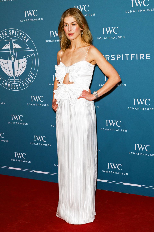 Rosamund Pike ist im weißen Cut-Out-Dress mit Schleifen von Givenchy besonders hübsch verpackt.