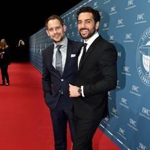 Während Elyas M'Barek sich im schwarzen Anzug ganz klassisch zeigt, wagt Moritz Bleibtreu bei der IWC-Gala mit Dunkelblau ein wenig Farbe.
