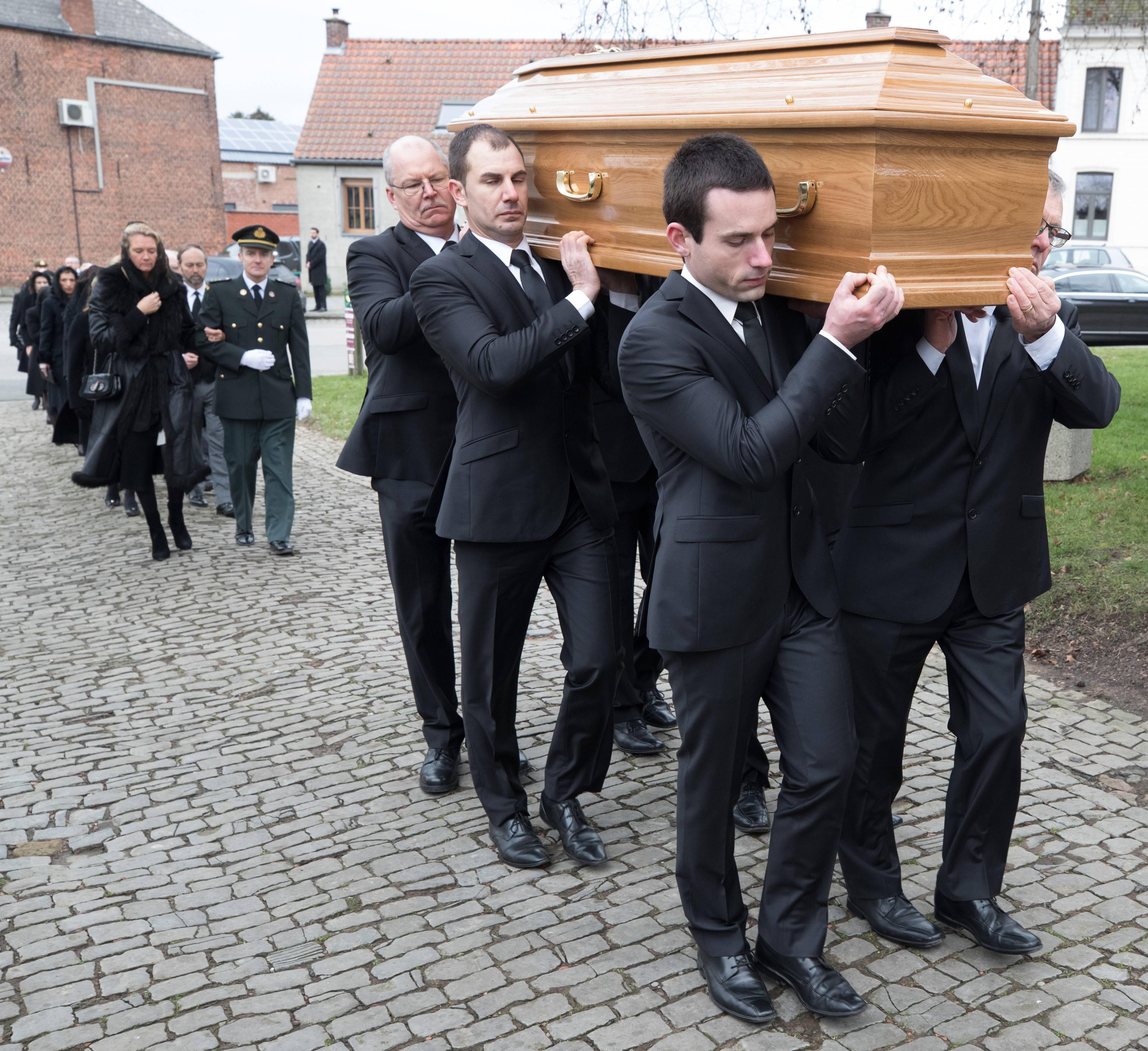 Angehörige geben dem verstorbenen Grafen Philippe de Lannoy das letzte Geleit.