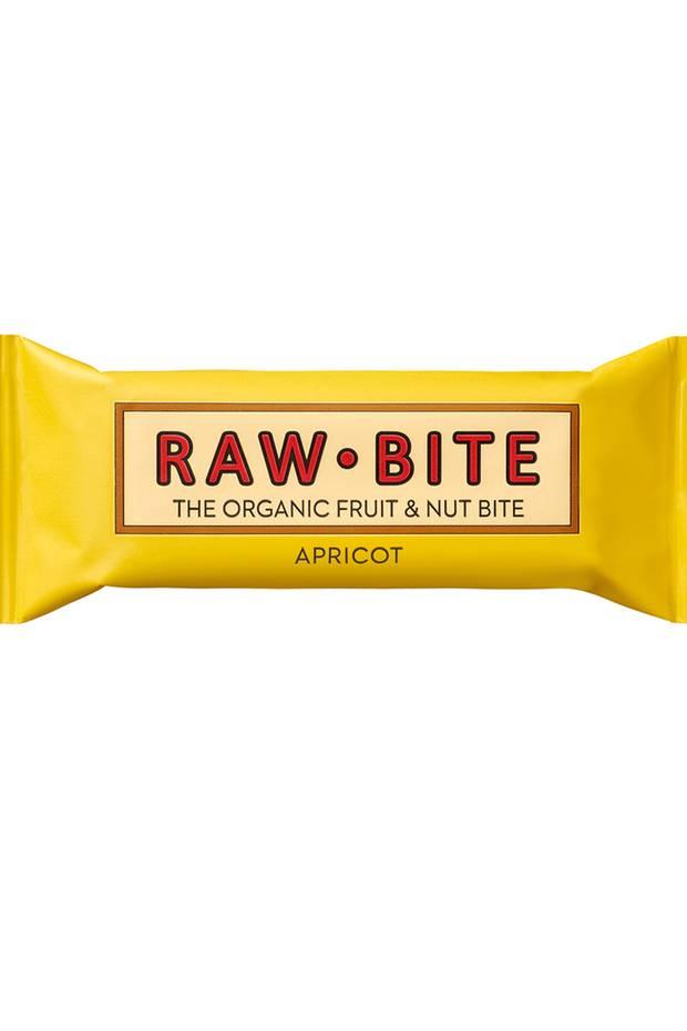 Sonnengelb und fruchtig-lecker! Mit dem Apricot-Riegel begrüßt Rawbite ein neues Mitglied in der Familie. Der gesunde Snack enthält keine Nüsse und liefert so auch vielen Allergikern neue Energie für den Tag. Dank gehaltvoller Zutaten wie Datteln, Aprikosen und Vanille ist dieser Rawbite-Riegel der perfekte Retter bei einem Nachmittagstief und hilft schnell dabei, wieder voller Power durchzustarten! Ca. 1,99 Euro