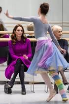 """Herzogin Catherine beobachtet, wie Tänzerin Lauren Cuthbertsonvom """"Royal Ballet"""" für das Stück """"The Two Pigeons"""" probt"""