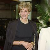 Denn der goldene Reif mit den blauen Edelsteinen ist ein Erbstück von Meghans Schwiegermutter, Lady Diana (†37). Die Mutter von Prinz Harry trug das Schmuckstück selbst sehr gerne, ist auf vielen Bildern mit diesemzu sehen. Im Jahre 1994 kombiniert sie den Reif - wie Meghan auch - zu einem dunkelblauen Outfit. Anstatt Pailletten setzt Diana zu dem goldenen Armschmuck aufgroßePerlen.