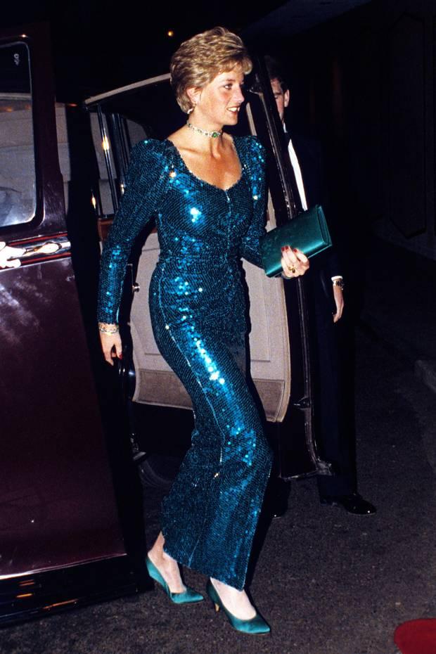 Meghans verstorbene Schwiegermutter Diana funkelte bereits 1990 beim Pink Diamond Charity Ball in London in einem ganz ähnlichen Pailletten-Look.