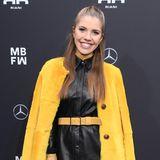 Victoria Swarovski läutetmit ihrem gelben Mantel schonmal den Frühling ein. Mit ihren farbenfrohen Akzenten avanciert die Moderatorin bei der Riani-Show zu einem echten Hingucker.