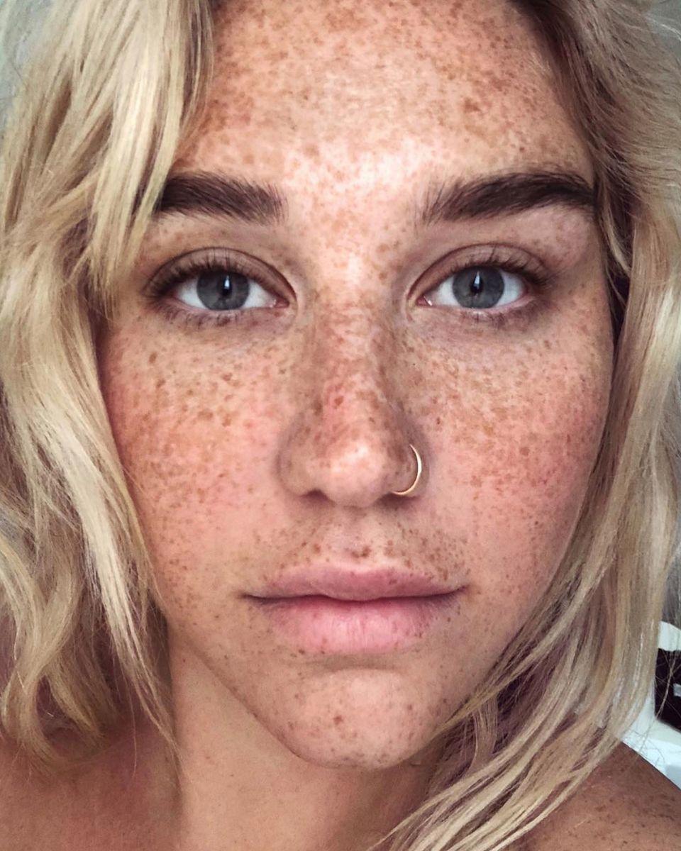 So haben wir Kesha noch nie gesehen! Auf ihrem Instagram-Account ruft die Sängerin zu mehr Selbstliebe auf - und geht selbst als bestes Beispiel voran: Auf einer Nahaufnahme zeigt sie ihre wunderschönen Sommersprossen, die sie bislang in der Öffentlichkeit immer überschminkt hatte. Diese mit Stolz der Welt zu zeigen ist einer ihrer Vorsätze für das neue Jahr, so Kesha in ihrem Posting.
