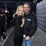 Anna Hofbauer und ihr Freund Marc Barthel kuscheln vor der Show von Lena Hoschek noch ein wenig.