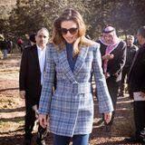 Trotz des sonnigen Wetters trägt Rania über ihrem blauen Rollkragenpulli einen karierten Kurzmantel von Off-White. Der blau-graue Mantel wird mit einem breiten Gürtel in Form gebracht und betont so die schmale Taille der Königin. Zu der Jacke, dievermutlich aus der Herbst-Winter-Kollektion 2019 stammt, kombiniert Rania eine ebenfalls blaue Jeans mit Schlag.