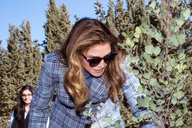 So leger sehen wir Königin Rania selten: Am Tag des Baumes legt die jordanische Königin selbst Hand an und schreitetim Kamaliya Wald bei Amman zur Tat. Gemeinsam mit König Abdullah pflanzt sie einen Baum und versorgt diesen sofort mitWasser. Doch selbst für die Gartenarbeit will Rania nicht auf hohe Schuhe verzichten und wählt für den Terminauf Louboutin-Boots mit breitem Absatz. Ein vergleichbares Modell kostet im Onlineshop des Labels 1195 Euro.