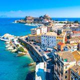 """Wer bei den Trendzielen 2019 """"up to date"""" sein möchte, sollte Korfu einen Besuch abstatten. Sie gehört zu den grünsten Inseln Griechenlands und hat dank der kurzen Regenschauer hin und wiederein superangenehmes Klima. Kein Wunder also, dass nicht nur die Gäste von Kreuzfahrtschiffen Korfu gerne besuchen: Inzwischen entdecken auch immer mehr Stars und Sternchen die Insel für sich und schätzen die abgelegenen und romantischen Strände."""