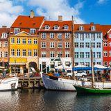 Von Kopenhagen kann man einfach nicht genug bekommen! Ob das Flanieren durch die kleinen Gassen, das Genießen von fangfrischem Fisch oder das Bewundern der einzigartigen Kultur: Dänemarks Hafenstadt bietet zahlreiche Vergnügungsmöglichkeiten. Unbedingt einen Besuch wert: Schloss Amalienborg, die Stadtresidenz der dänischen Königin Margrethe II.