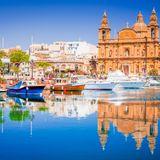 """Zu den Hotspots der Reiseziele 2019 zählt außerdem Valletta. Die Hauptstadt vonMalta präsentiert voller stolz ihre prachtvollen Paläste, Gärten und Kirchen. Kreuzfahrturlauber schätzen vor allem die traditionelle Landesküche: So sollten Sie unbedingt das Fischgericht """"Lampuki"""" oder das maltesische Ratatouille """"Kapunata"""" probieren."""