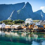 Wer im Jahr 2019 eine Kreuzfahrt macht, sollte sich die Lofoten auf den Reiseplan schreiben. Hier zählt die Hafenstadt Leknes zu der bevölkerungsreichsten Gemeinde Norwegens und lockt nicht nur mit einer atemberaubenden Landschaft, sondern auch mit seinen tollen Shopping-Möglichkeiten. Übrigens: Die Sonne geht hier während des norwegischen Sommers nie unter, sodass sieteilweise bis zu 24 Stunden täglich sichtbar ist – ein wunderschönes Naturspektakel!
