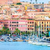 Ein beliebtes Reiseziel bei Kreuzfahrten ist Cagliari – eine kleine Hafenstadtauf Sardinien. Ihre perfekte Mischung aus modernem Leben und mittelalterlicher Mystik begeistert ihre Besucher. Noch dazu gehört Sardiniens Hauptstadt zu den grünsten StädtenItaliens und lockt mit seinen romantischen Gassen und aromatischen Weinproben.