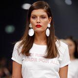 An Vanessa Fuchs kann man den roten Lippenstift am besten erkennen.