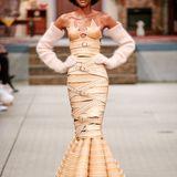 Marina Hoermanseder - die Mode-Meisterin der Lederriemen und Schnallen - zeigt unter anderem Kleid, das komplett ihrer Designästhetik entspricht. Ganz so einfach kann sich das Model in dem extravaganten Entwurf jedoch nicht fortbewegen.