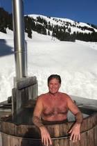 """Ein ganz heißer """"Hoff"""":Im Heißwasserkübellässt es sich David Hasselhoffbei schönstem Winterwetter auf der Walleggalm in Saalbach-Hinterglemmso richtig gut gehen. Wir wünschen noch viel Spaß!"""