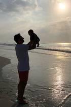 17. Januar 2019  So sieht Vaterliebe aus! Sasha erfreut seine Instagram-Follower mit diesem süßen Urlaubsschnappschuss von sich und seinem im Dezembergeborenen Sohn. Den Namen des Kleinen kennen wir zwar immer noch nicht, dafür freuen wir uns umso mehr über dieses herzerwärmende Bild der beiden.