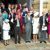 12. Oktober 2018  Bei der royalen Hochzeit von Prinzessin Eugenie und Jack Brooksbank darf Prinz Philip, hier rechts neben der Queen, natürlich nicht fehlen. Wie die anderen Gäste winkt auch er dem frischverheirateten Ehepaar fröhlich hinterher.
