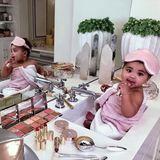 Man kann nicht zu früh damit beginnen, sich um die eigene Schönheit zu kümmern und sich zu verwöhnen – das scheint das Motto von Khloé Kardashian zu sein, die diesen Schnappschuss von Töchterchen True Thompson auf Instagram veröffentlicht. Mit ihren gerade einmal neun Monaten ist die Kleine schoneine wahre Beauty-Queen und bedient sich fleißigan Mamas Schminke – natürlich alles nur zum Spaß, wie Khloé Kardashian sicherheitshalber in den Kommentaren klarstellt.