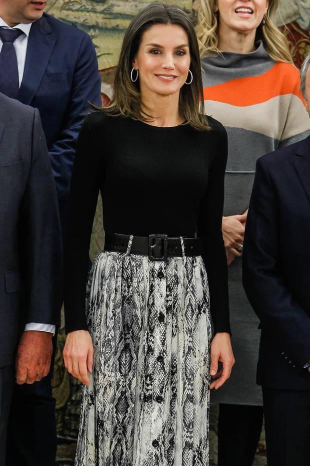 """Königin Letizia lässt sich mit Vertretern desOrganisationskomitees der Internationalen Obst- und Gemüsemesse """"Fruit Attraction"""" im Zarzuela-Palast fotografieren. Die Königin erscheint zu dem Termin in einem lässigen Midi und einem schlichten schwarzen Shirt, das sie in den Rock gesteckt hat. In Sachen Schmuck hält sich Letizia zurück und setzt lediglich auf silberne Kreolen."""
