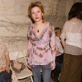 Vom Vokuhila bis zu den UGG-Boots - Scarlett Johansson besucht die New York Fashion Week in 2003 in einem wirklich fragwürdigen Look.