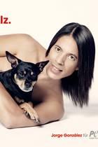 """Jorge Gonzalez lässt die Hüllen fallen und posiert mit seinem Hund Willie für das neue PETA-Motiv der Kampagne """"So trägt man Pelz""""."""