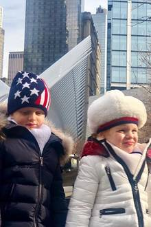 17. Januar 2019  Warm eingepackt besucht Fürstin Charlène in New York mit Prinz Jacques und Prinzessin Gabriella Ground Zero. Dabei tragen die Zwillinge die Farben derFlagge der Vereinigten Staaten.