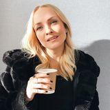 Kurzer Koffein-Kick: Moderatorin Janin Ullman legt bei der Arbeit eine kurze Kaffeepause ein.