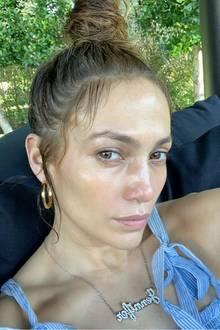 Jennifer Lopez zeigt sich auf der Bühne gerne insexyOutfits und mit aufwendigem Make-up. In ihrer Freizeit sieht das jedoch ganz anders aus: Mit dem Hashtag #lovemeasIam (zu deutsch: liebe mich wie ich bin)plädiert sie für mehr Natürlichkeit auf Instagram.