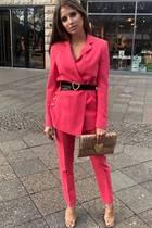 Für ein Event setzt das Model Cathy Hummels modetechnisch alles auf eine Karte - und würde damit jedes Fashion-Roulette gewinnen. Denpinkfarbenen Blazer mit passender Anzugshose von Escada kombiniert die einfache Mama mit goldfarbenen Schuhen und einer Clutch im Metallic-Look. Toller Blickfangist ihr Gürtel, der - wie die Tasche auch -von einem kleinenHerz verziert wird. Ebenfalls einen Gürtel als Blickfangwählt Cathy bei ihrem Lookeinen Tag zuvor ...