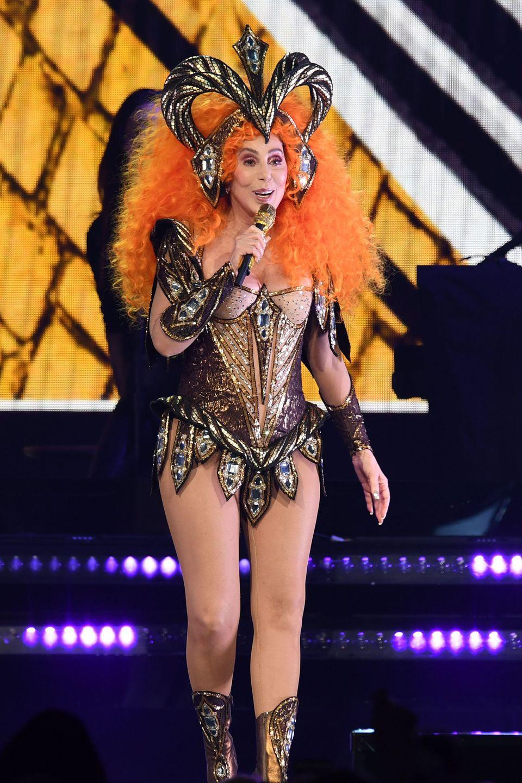 Sängerin Cher feiert dieses Jahr ihr großes Bühnen-Comeback - und das muss krachen. Zumindest was ihre Bühnenoutfits angeht, gibt die 72-Jährige alles. In einer orangefarbenen Mega-Perücke und mit aufwendigem Haarschmuck ist sie bei einem Konzert in Florida der Blickfangschlechthin.