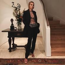 Model Rosie Huntington-Whiteley präsentiert ihren Followernauf Instagram einen extravaganten Abend-Look. Sie kombiniert klassische Teile wie diesen schwarzen, leicht Oversized-geschnittenen Blazer von Paco Rabanne mit passender Anzugshosemit einem lediglich aus Metallplättchen-bestehendem T-Shirt von Paco Rabanne. Sexyness trifft Klassik - um es einmal kurz und prägnant zu sagen.