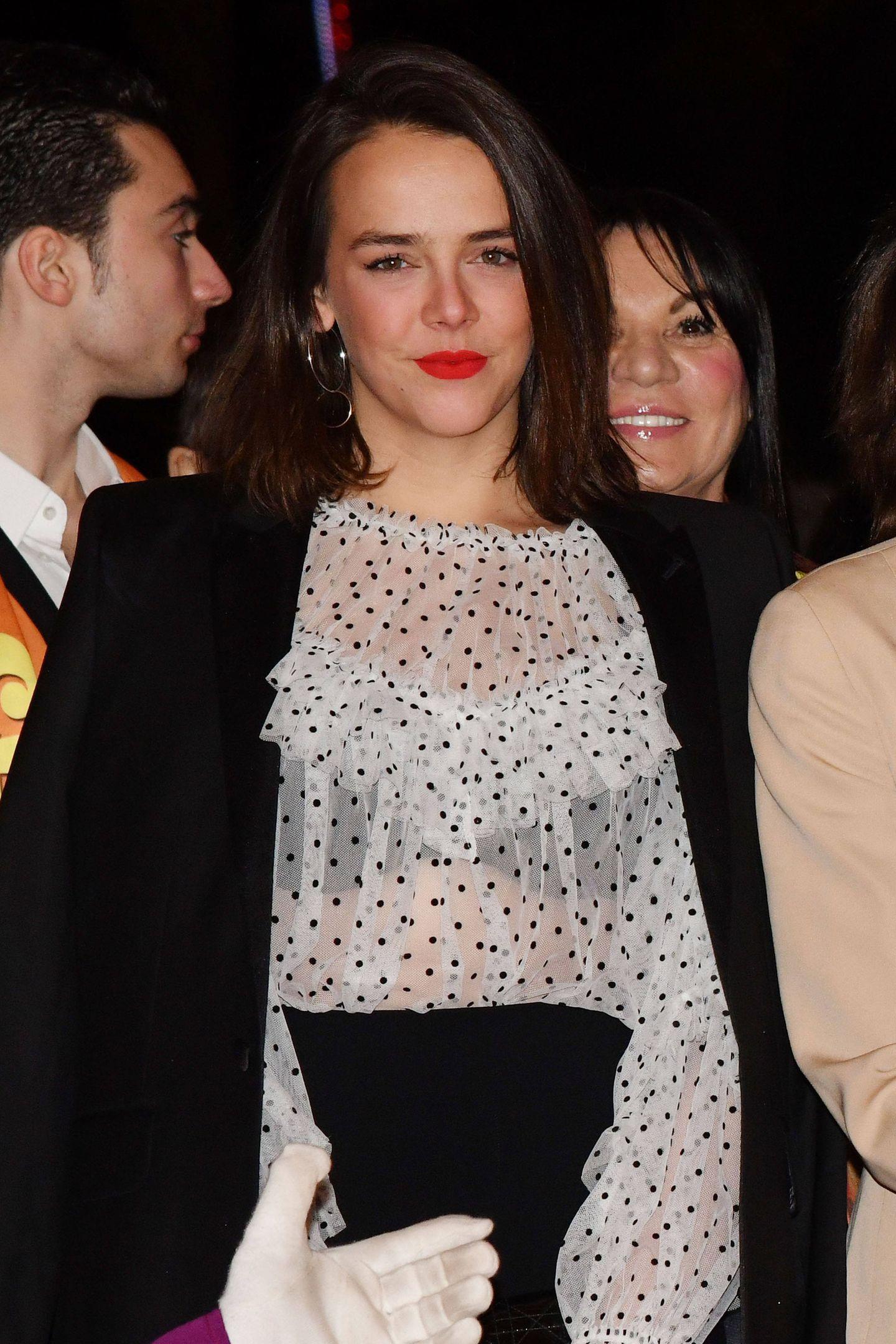 Gewollt oder ungewollt?Pauline Ducruet zeigtim Blitzlichtgewitter was sie unter ihrer hübschen Volant-Bluse mit Pünktchen-Musterträgt.