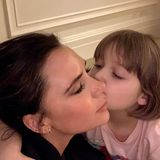 Victoria Beckham postete diesesniedliche Gute-Nacht-Kuss-Bild auf Instagram, und darauf zu sehen ist Harpers neuer Bob-Haarschnitt mit Pony. Sehr stylisch, kleine Lady!
