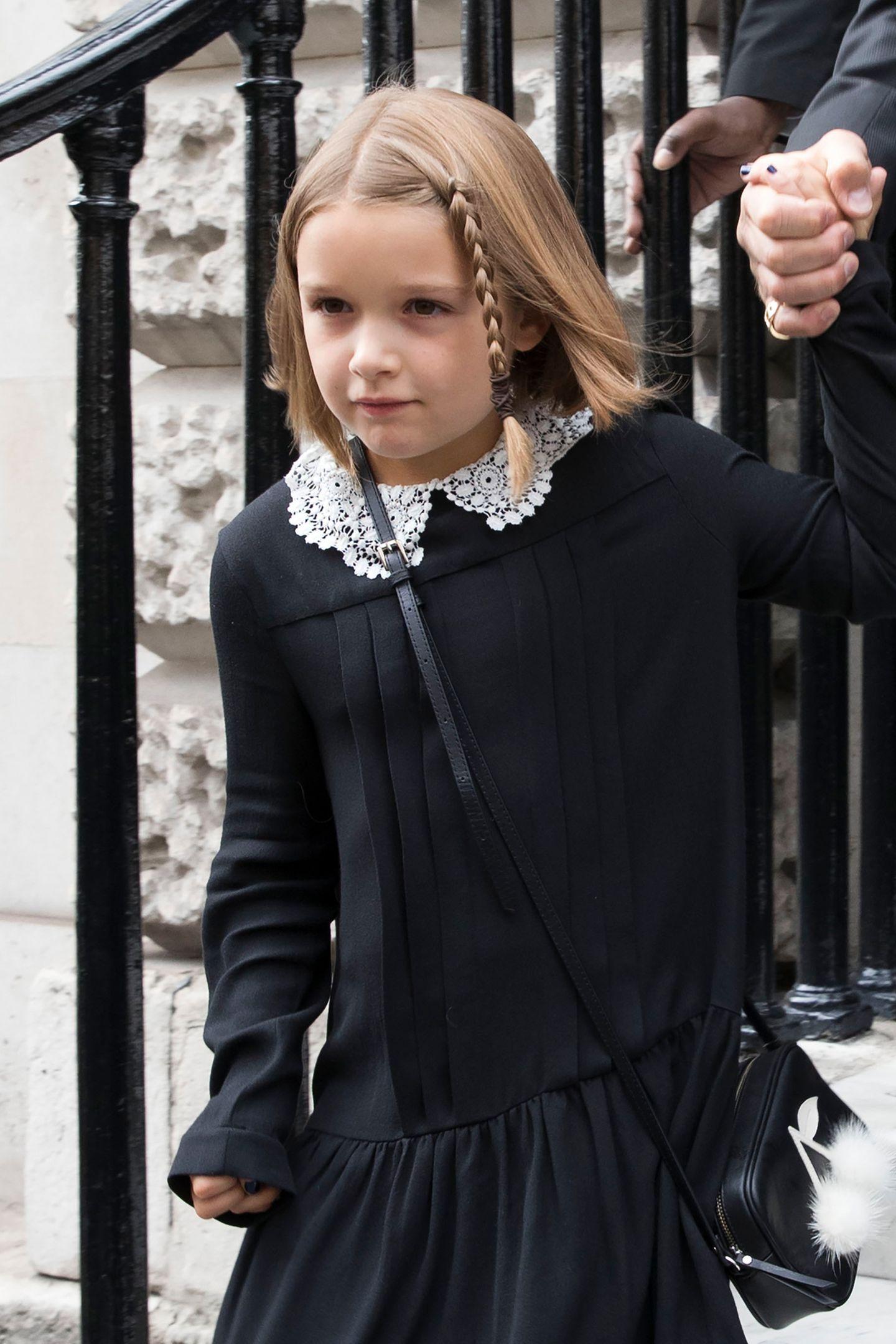 Harper Beckham haben wir in den letzten Jahren mit langen, geflochtenen Zöpfen aufwachsen sehen, damit war letzten Herbst Schluss, und sie präsentierte sich mit süßem Midi-Bob. Aber auch diesen Look hat Victoria Beckhams Tochter nun geändert.