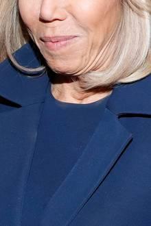 Apropos Make-up: Damit hat Brigitte nicht so richtig gut aufgepasst. Am Ausschnitt des Kleides sowie am Kragen des Mantels sind deutlichMake-up-Flecken zu erkennen.