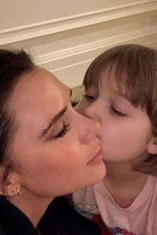"""20. Januar 2019  """"Süße Träume"""", schreibt Victoria Beckham zu dem innigen Foto. Töchterchen Harper gibt Mama einen niedlichen Gutenachtkuss."""