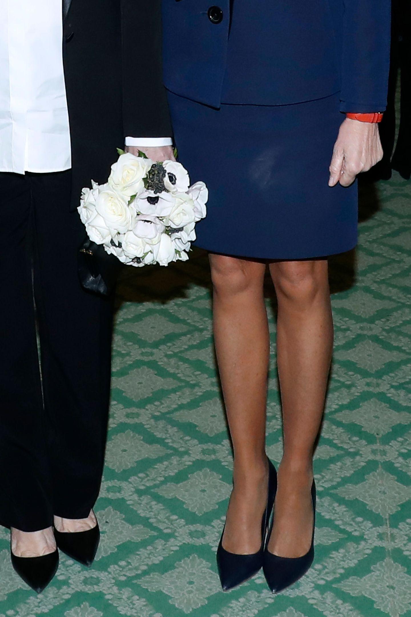 Auch der Rock der First Lady zeigt helle Make-up-Spuren. Ärgerlich! Von diesem Fauxpas lenkt auch Brigittes knallrote Armbanduhr nicht ab ...
