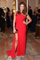 Mit diesem Style ist Sabia Boulahrouz wirklich der Hingucker des 70. Hamburger Presseballs im Hotel Atlantic. An der Signalfarbe Rot und dem superhohen Beinschlitz kann man wirklich keiner vorbeigucken.