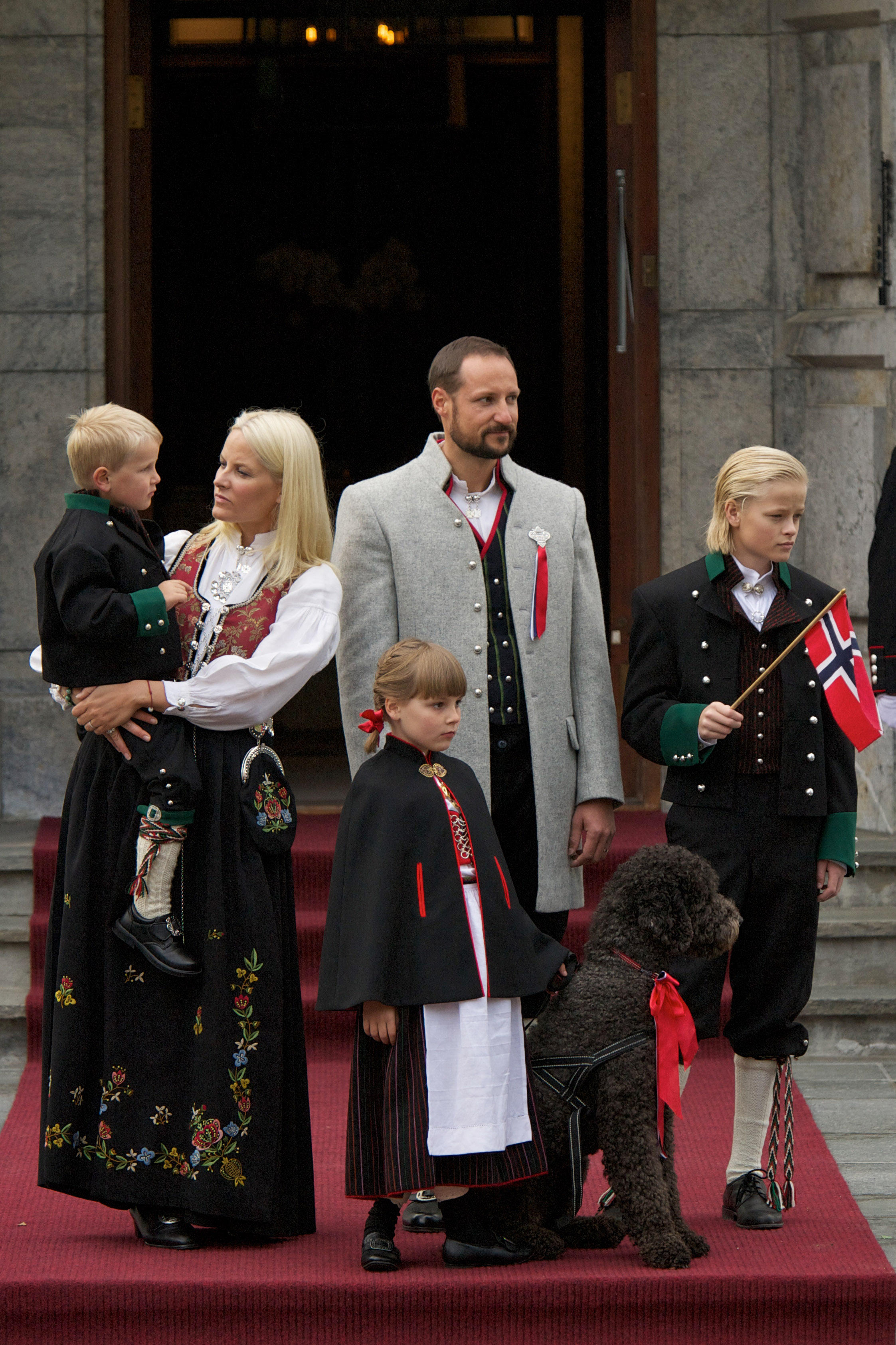 """Die norwegische Kronprinzen-Familie zeigt sich am 17. Mai 2011 anlässlich der """"Childrens Parade"""" in traditioneller Kleidung."""