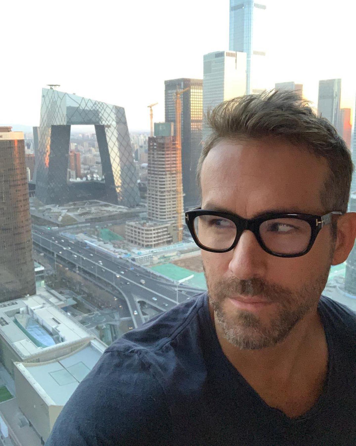 """20. Januar 2019   """"Habe ein Auge auf dich Unterhosen-Haus"""", postet Ryan Reynolds scherzend. Unterhosen-Haus? Wirklich? Dem Architekten des futuristischen Gebäudes im Hintergrund dürfte diese Bezeichnung ein Graus sein. Das Hochhaus befindet sich in der chinesischen StadtPeking, wo der Hollywoodstar seinen Kinohit""""Deadpool"""" promotet."""