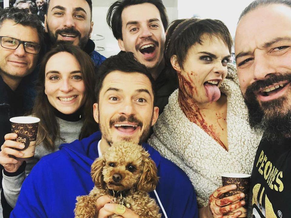 """20. Januar 2019   Neben dem blutverschmierten Model Cara Delevingne (2. v. r.) ist Orlando Bloom (Mitte) der Star der Amazon-Serie""""Carnival Row"""". Die Dreharbeiten sind beendet und werden mit einem lustigen Gruppen-Selfie gebührend gefeiert."""
