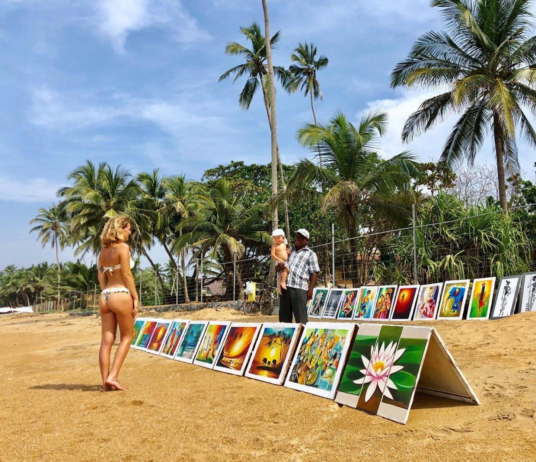 """21. Januar 2019  """"Baby gegen Bild getauscht"""", scherzt Janni Hönscheid. Die Surferin möchte eines der farbenfrohen Bilder für das Kinderzimmer ihres Sohnes kaufen, tut sich aber mit der Auswahl schwer."""