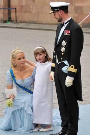 Haakon und Mette-Marit könnten wohl kaum stolzer sein: Ingrid Alexandra fungiert als Blumenkind bei Victoria und Daniel von Schweden.